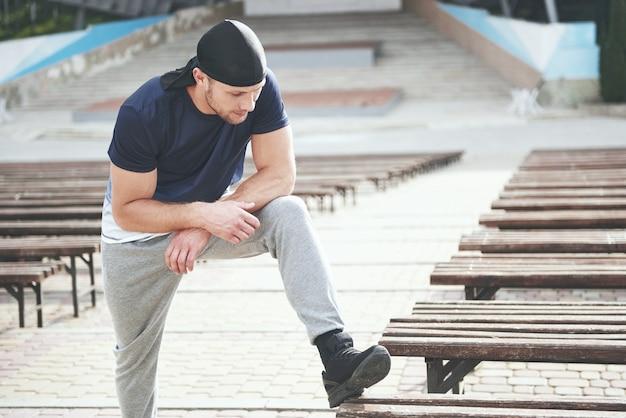 Jeune homme sportif faisant du parkour dans la ville.