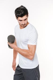 Jeune homme sportif faisant de l'exercice avec haltère isolé sur fond blanc