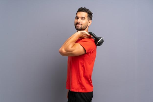 Jeune homme sportif faisant kettlebell