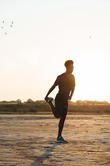 Jeune homme sportif fait des exercices de fitness à l'extérieur