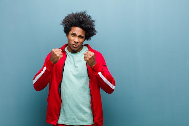 Jeune homme sportif noir à la recherche de confiance