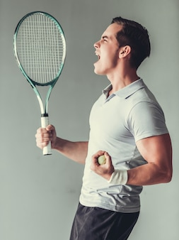 Jeune homme sportif réussi faisant geste de gagnant.