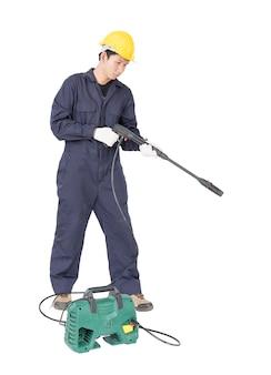 Jeune homme, stand, tenue, pistolet eau haute pression