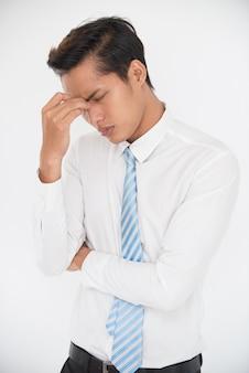 Un jeune homme stressant essayant de résoudre le problème