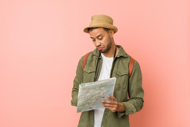 Jeune homme sud-asiatique tenant une carte