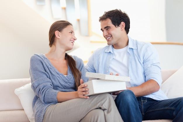 Jeune homme surprenant sa copine avec un cadeau
