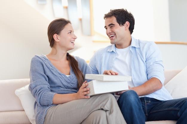 Jeune homme surprenant son fiancé avec un cadeau
