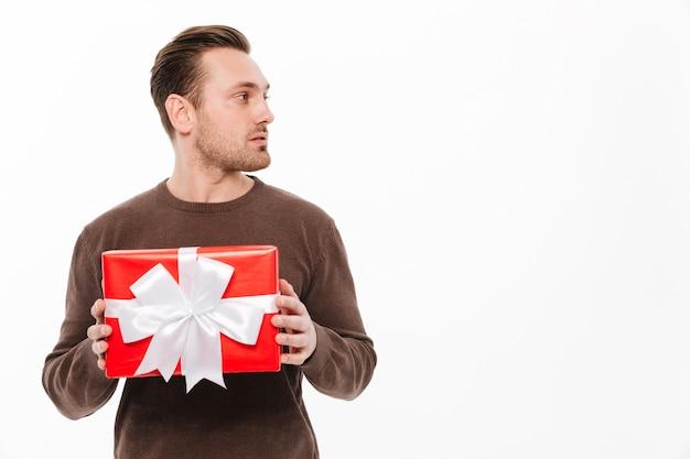 Jeune homme avec surprise boîte cadeau.