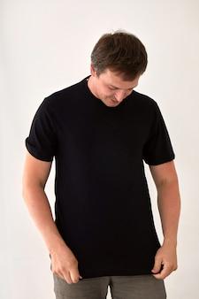 Jeune homme en t-shirt noir fond blanc