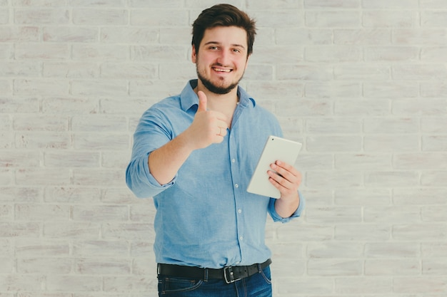 Jeune homme, à, tablette, dans, studio