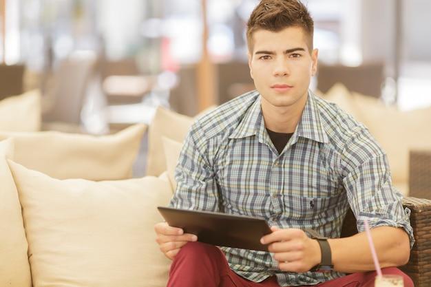 Jeune homme, à, tablette