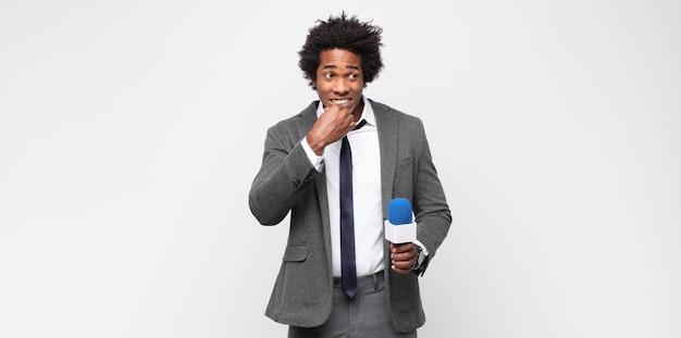 Jeune homme en tant que présentateur de télévision