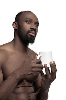 Jeune homme avec une tasse de thé blanc