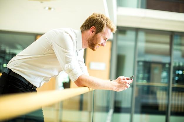 Jeune homme avec téléphone portable