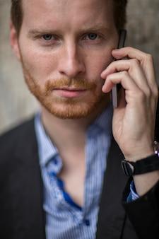 Jeune homme, à, téléphone portable