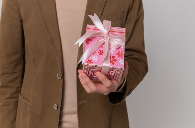 Jeune homme tenant une boîte-cadeau