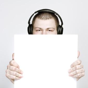 Jeune homme tenant du papier vierge