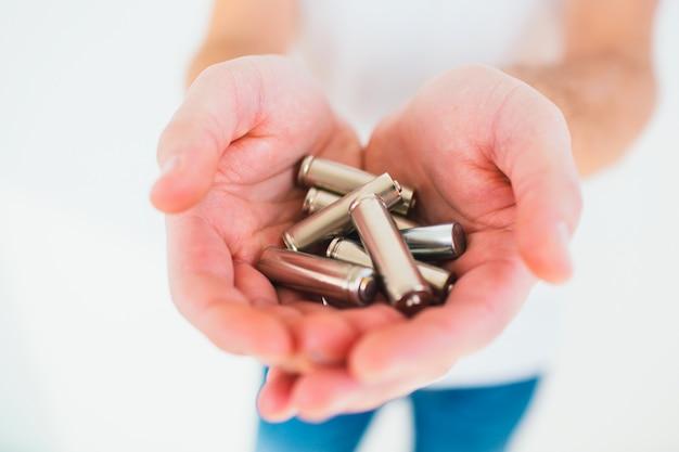 Jeune homme tenant des piles dans ses mains. temps de recyclage. lithiu en métal sans style de vie.