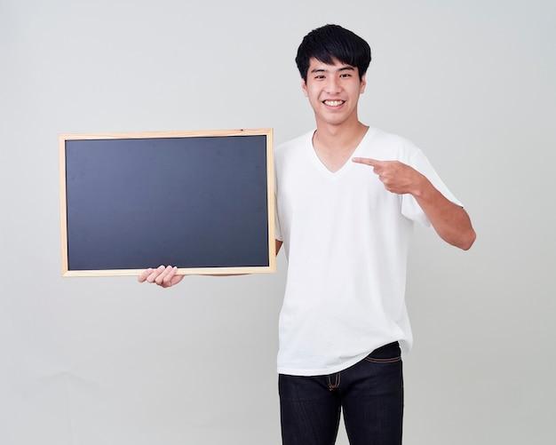 Jeune homme tenant un tableau vide