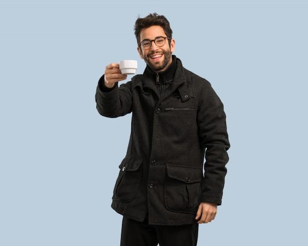 Jeune homme tenant une tasse