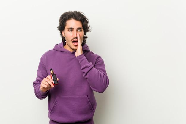 Jeune homme tenant un vaporisateur dit un secret secret concernant les nouvelles de freinage et regarde de côté