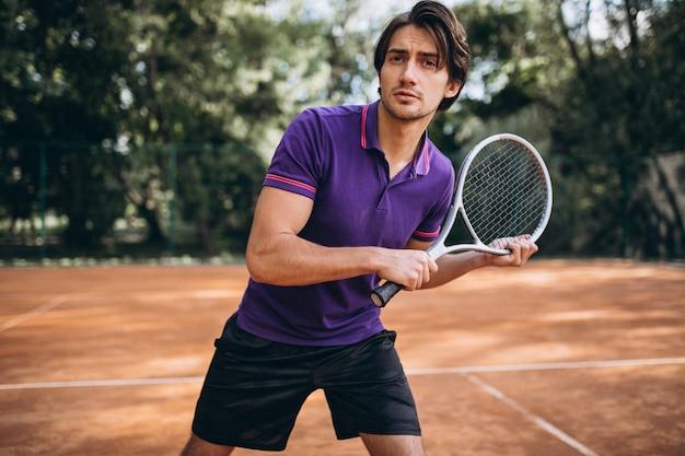 Jeune homme tennisman sur le court