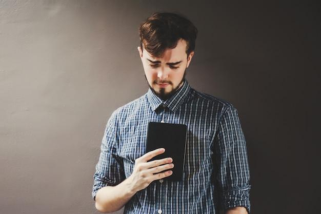 Jeune homme, tenue, a, bible, étudiant, à, livre