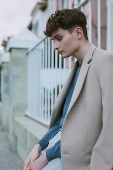 Jeune homme en tenue décontractée, méditant