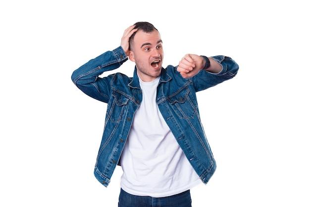 Jeune homme en tenue décontractée à la peur à smartwatch