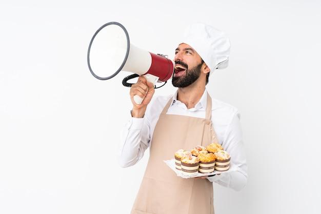 Jeune homme, tenue, gâteau muffin, crier, par, a, mégaphone