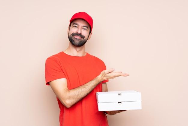 Jeune homme, tenue, pizza, présenter, idée, tout, regarder, sourire