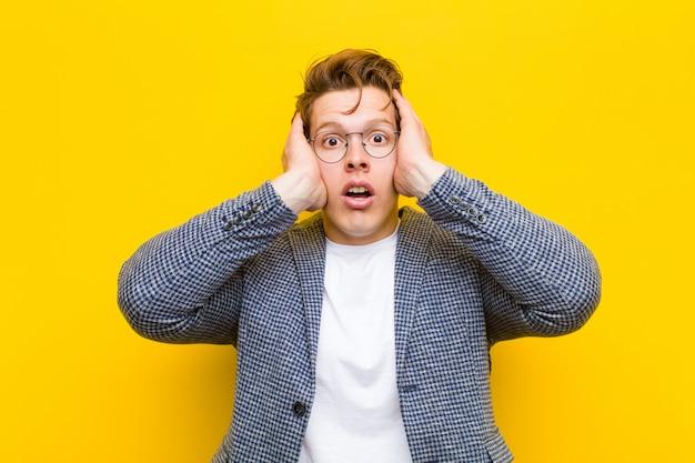 Jeune homme à la tête rouge à la recherche d'un choc désagréable