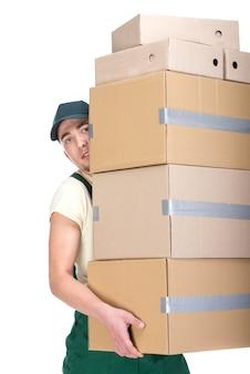 Jeune homme tient des boîtes en carton