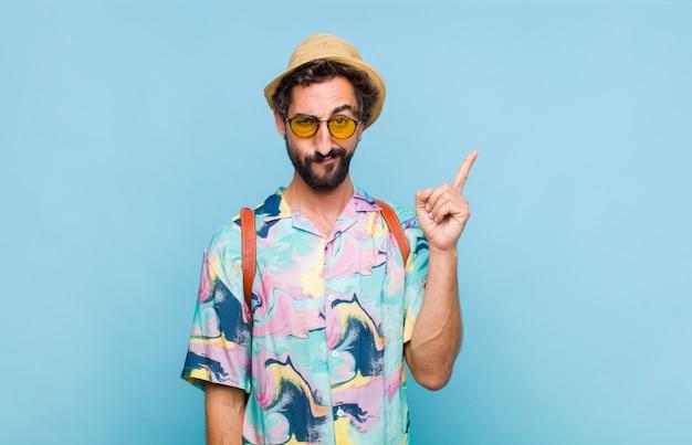 Jeune homme touriste barbu en chemise isolé