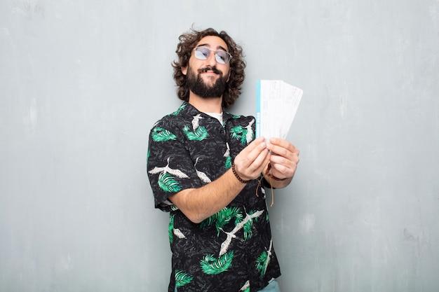 Jeune homme touristique avec des billets d'embarquement