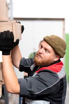 Jeune homme travaillant dans un entrepôt