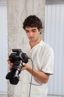 Jeune homme travaillant dans son studio de photographie