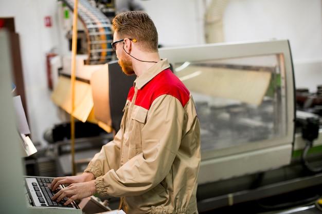 Jeune homme travaillant dans l'usine