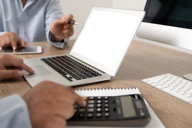 Jeune homme travaillant homme d'affaires à l'aide d'un ordinateur de bureau de l'écran blanc