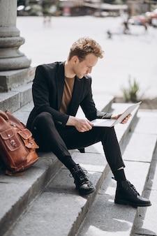 Jeune homme travaillant sur un ordinateur à l'université