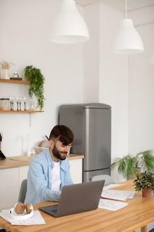 Jeune homme travaillant sur son ordinateur portable au travail