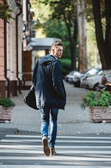 Jeune homme traverser la rue