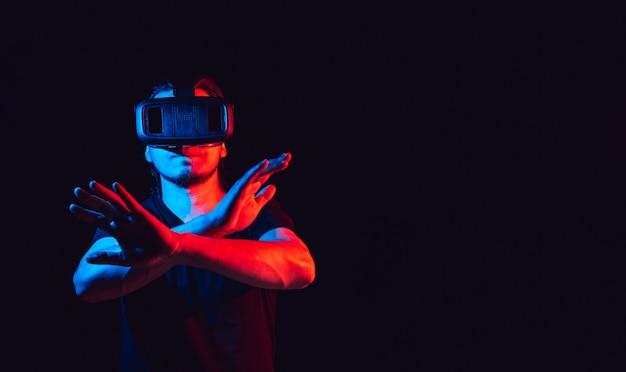 Jeune homme utilisant un casque de lunettes de réalité virtuelle vr. avec un espace pour le texte