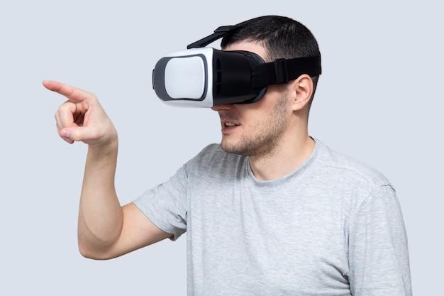 Jeune homme utilisant un casque vr, expérimentant la réalité virtuelle