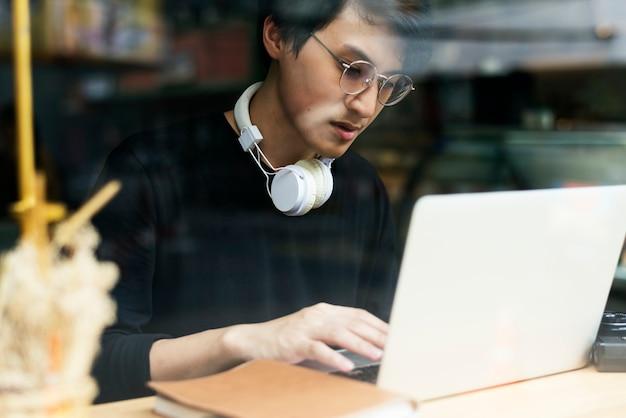 Jeune homme utilisant un ordinateur portable