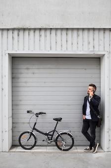 Jeune homme utilisant un vélo pliant dans la ville