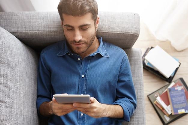 Jeune homme, utilisation, tablette, chez soi