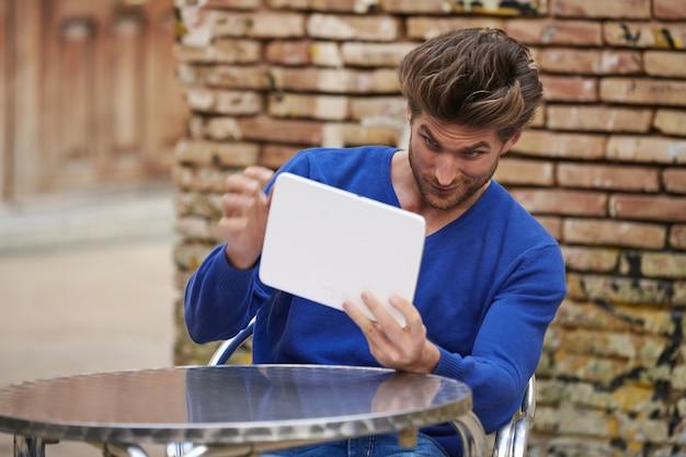 Jeune homme, utilisation, tablette, miroir, fixant cheveux