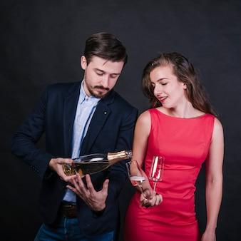 Jeune homme, verser, vin, dans, verre femme