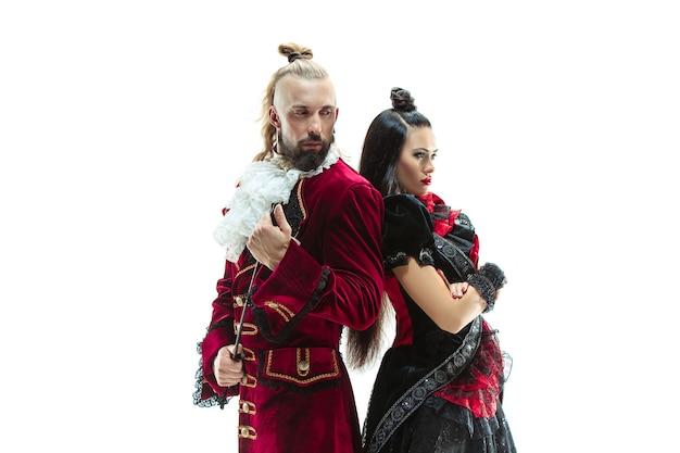 Le jeune homme vêtu d'un costume médiéval traditionnel de marquis posant au studio avec femme comme marquise